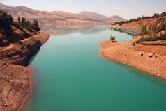 Charvak-Reservoir an der Dämmerung in Usbekistan Stockbild