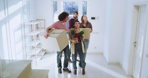 Charyzmatyczna i atrakcyjna para rusza się nowy dom bardzo imponujący i z podnieceniem one trzyma dużymi zdjęcie wideo