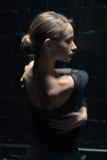 Charyzmatyczna tancerz pozycja w pełnej tylnej pozyci obraz royalty free