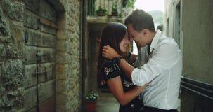 Charyzmatyczni potomstwa dobierają się z wielkim uśmiechem romantycznego czas w środku z małej starej ulicy w Włochy, one zdjęcie wideo