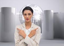 Charyzmatyczny bizneswoman z jej rękami i palców wskazywać krzyżował Fotografia Stock