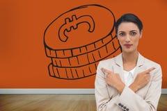 Charyzmatyczny bizneswoman z jej rękami i palców wskazywać krzyżował Obrazy Royalty Free