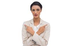 Charyzmatyczny bizneswoman z jej rękami krzyżował poin i dotyka Zdjęcie Royalty Free