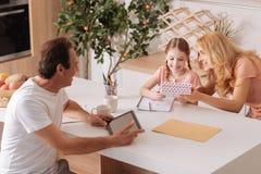 Charyzmatyczny dorośleć mężczyzna cieszy się wakacje z rodziną w domu Zdjęcie Stock