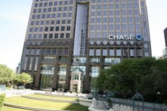 Chase Tower Building and Courtyard. Chase Tower is a 55-story, Class A office tower that is located at 2200 Ross Avenue in Dallas` Arts District/Midtown area Stock Photo