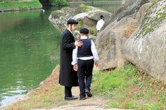 2 chasid chłopiec w tradycyjnych ubraniach chodzą w parku w Uman, Ukraina Fotografia Stock