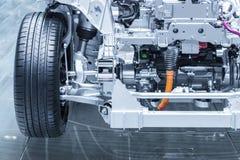 Chasis del coche eléctrico, híbrido con el powertrain Mantenimiento del coche Azul entonado foto de archivo libre de regalías