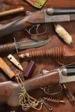 Chassant le concept avec le fusil de chasse, le couteau et les munitions pour chasser dispos?e sur le fond brun photos stock
