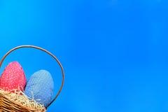 Chasse à oeufs de pâques photo libre de droits