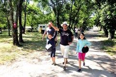 Chasse à trésor organisée dans un terrain de camping français Photo stock