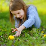 Chasse adorable de petite fille pour un oeuf sur Pâques Photographie stock