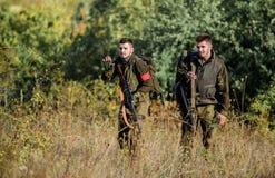 Chasse avec des amis Les amis de chasseurs appr?cient des loisirs Chasseurs avec des fusils dans l'environnement de nature Travai image libre de droits