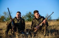 Chasse avec des loisirs de passe-temps d'amis Repos pour le vrai concept d'hommes Détente de garde-chasse de chasseurs Discussion images stock