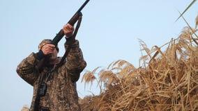 Chasse de canard d'automne sur un lac brumeux de matin banque de vidéos