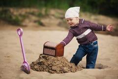 Chasse de petite fille pour le trésor Photos libres de droits
