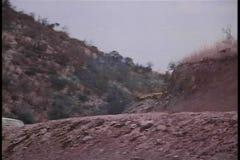 Chasse de voiture sur le chemin de terre banque de vidéos