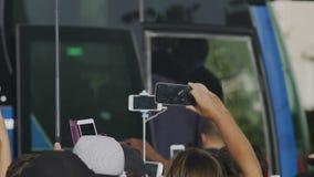 Chasse ennuyeuse de paparazzi pour la sensation, autobus de célébrité entouré par des journalistes banque de vidéos