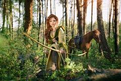 Chasse médiévale de femme d'imagination dans la forêt de mystère images libres de droits