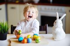 Chasse mignonne d'enfant d'enfant en bas âge pour l'oeuf de pâques le jour de Pâques Photo stock