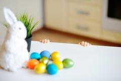 Chasse mignonne d'enfant d'enfant en bas âge pour l'oeuf de pâques le jour de Pâques Images libres de droits