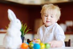 Chasse mignonne d'enfant d'enfant en bas âge pour l'oeuf de pâques le jour de Pâques Photo libre de droits