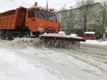 Chasse-neige de Kamaz sur la rue de Chisinau après chutes de neige lourdes photographie stock libre de droits