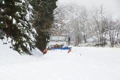 Chasse-neige faisant sa voie par la route de campagne neigeuse Photo stock