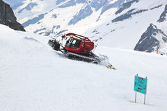 Chasse-neige fonctionnant au glacier de Hintertux dans Austr Photo libre de droits