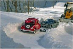 Chasse-neige sur la route et garder la neige sur les routes photo stock