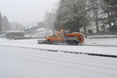 Chasse-neige sur la rue Photo stock