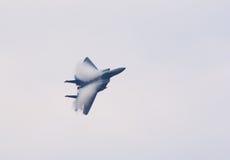 Chasseur à réaction F-15 avec des nuages de condensation Photographie stock libre de droits