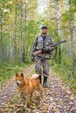 Chasseur avec un chien sur une laisse photographie stock libre de droits