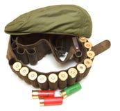 Chasseur d'étui avec des cartouches de fusil de chasse Photos libres de droits
