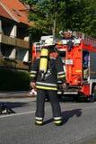 Chasseur d'incendie sur son chemin au site de l'exécution Image libre de droits