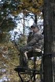 Chasseur de proue attendant dans le stand 2 d'arbre Photo stock