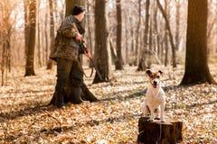 Chasseur de Yang avec un chien sur la for?t image stock