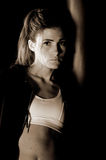 Chasseur en gymnastique foncée images libres de droits