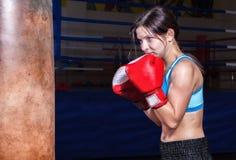 Chasseur femelle posant dans des poses de combat photos libres de droits