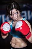Chasseur femelle posant dans des poses de combat photographie stock