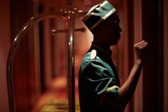 Chasseur frappant sur la porte de pièce dans l'hôtel image stock
