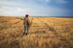 Chasseur se déplaçant avec le fusil de chasse image stock