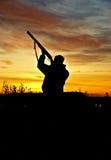 Chasseur sur le coucher du soleil Photos stock
