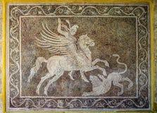 Chasseur sur un cheval de Pegasus avec une lance Un panneau antique de mosaïque sur le mur Musée archéologique en Rhodes, Grèce photographie stock libre de droits