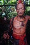 Chasseur tribal Toikot en voyage de chasse pour des singes au milieu d'un s image libre de droits