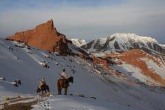 Chasseurs à cheval en hiver dans les montagnes de Tien Shan photos stock