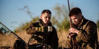 Chasseurs avec des fusils détendant dans l'environnement de nature Les amis de chasseurs apprécient des loisirs Chasse avec des l photo libre de droits