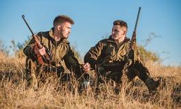 Chasseurs avec des fusils d?tendant dans l'environnement de nature Chasse avec des loisirs de passe-temps d'amis Chasseurs satisf photos stock