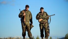 Chasseurs avec des fusils dans l'environnement de nature L'ami de chasseur apprécient des loisirs dans le domaine Chasse avec des images stock