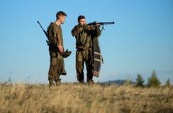 Chasseurs avec des fusils dans l'environnement de nature L'ami de chasseur apprécient des loisirs dans le domaine Chasse avec des photographie stock libre de droits