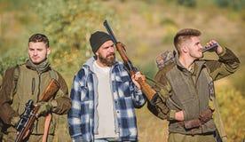Chasseurs avec des fusils dans l'environnement de nature Chasse ill?gale Braconniers brutaux de chasseurs Associ? de braconnier - image libre de droits